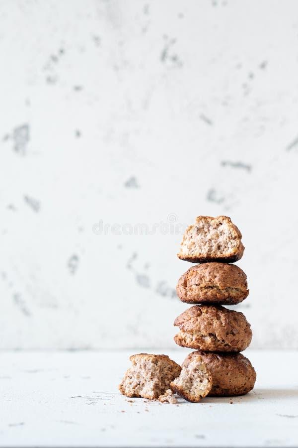 Biscuits de farine d'avoine avec la noix et la cannelle images libres de droits