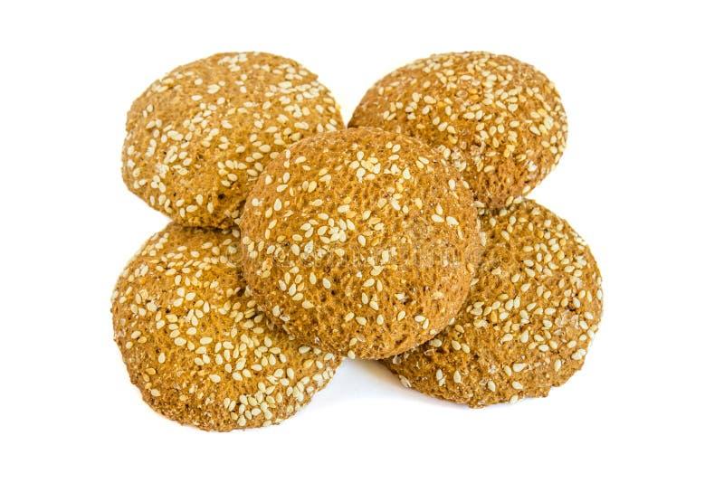 Biscuits de farine d'avoine avec les graines de s?same sur un fond blanc photographie stock libre de droits