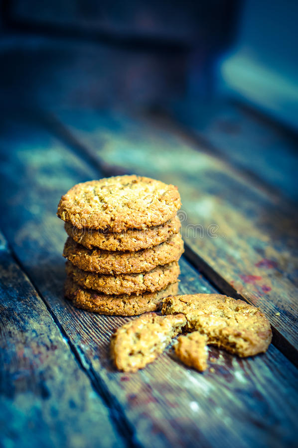 Biscuits de farine d'avoine de vintage sur le fond en bois rustique photo stock