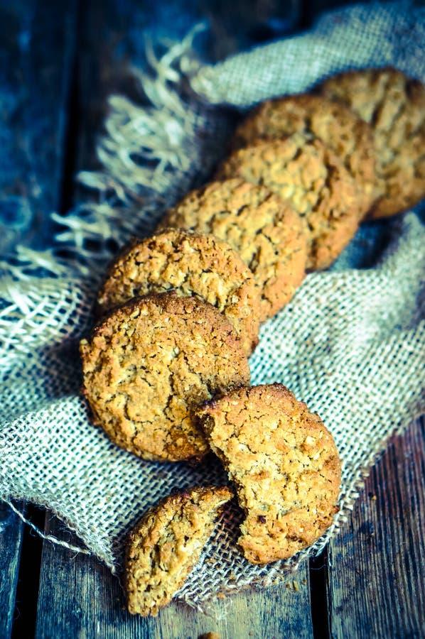 Biscuits de farine d'avoine de vintage sur le fond en bois rustique photos libres de droits