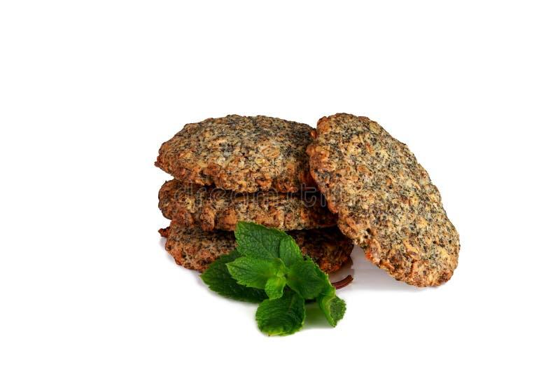 Biscuits de farine d'avoine faits maison avec la menthe d'isolement sur le fond blanc images stock