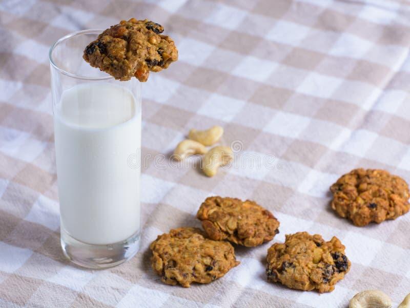 Biscuits de farine d'avoine frais avec du lait images libres de droits