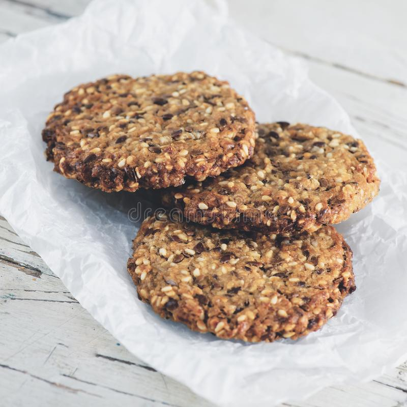 Biscuits de farine d'avoine sains délicieux avec la chaux sur le backgr en bois image stock