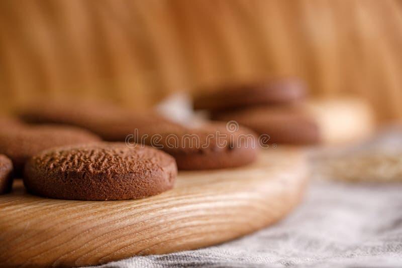 Biscuits de farine d'avoine sensibles appétissants sur un conseil en bois décoratif photos libres de droits