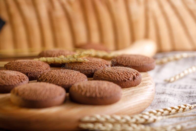 Biscuits de farine d'avoine sensibles appétissants sur un fond en bois avec des épillets photographie stock