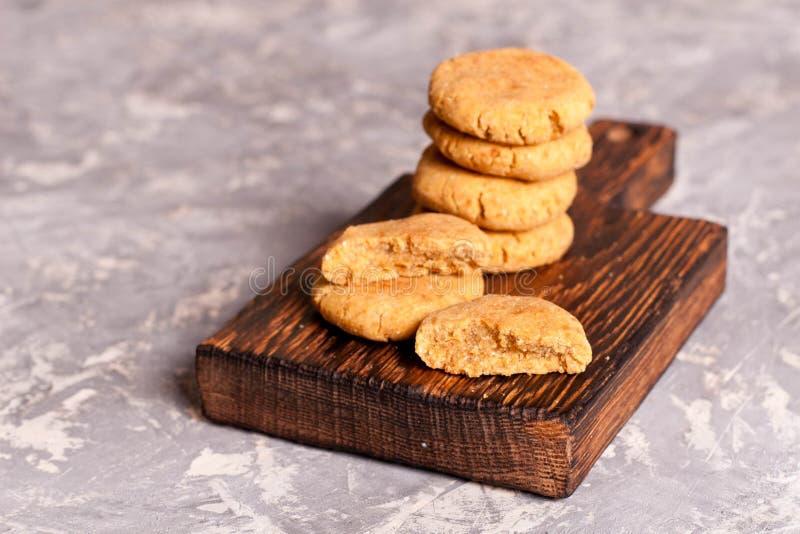Biscuits de farine d'avoine sur un bureau en bois images libres de droits
