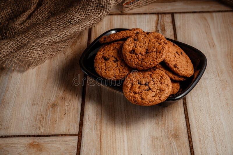 Biscuits de farine d'avoine d'un plat noir Le concept de la nourriture naturelle et délicieuse photos libres de droits