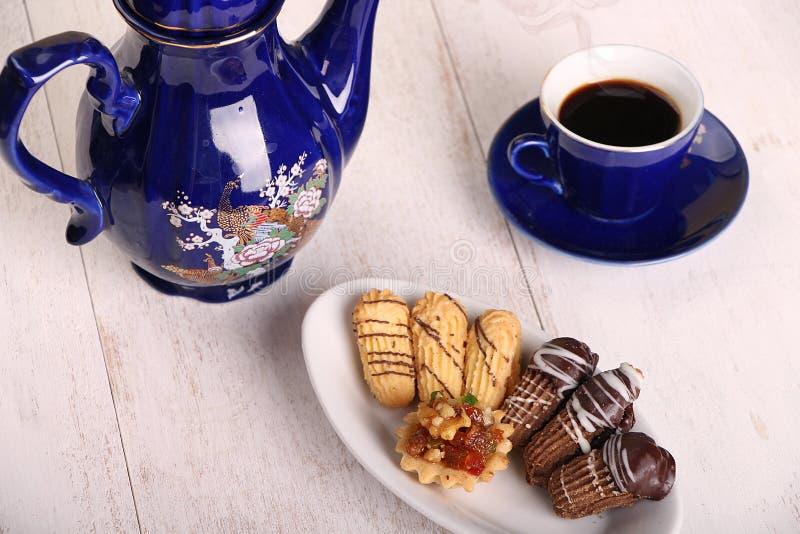Biscuits de festin islamique d'EL Fitr - biscuits avec la tasse de café f photo libre de droits