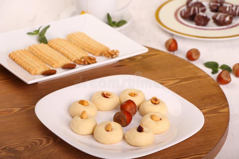 Biscuits de festin islamique d'EL Fitr - biscuits avec la tasse de thé pour image libre de droits