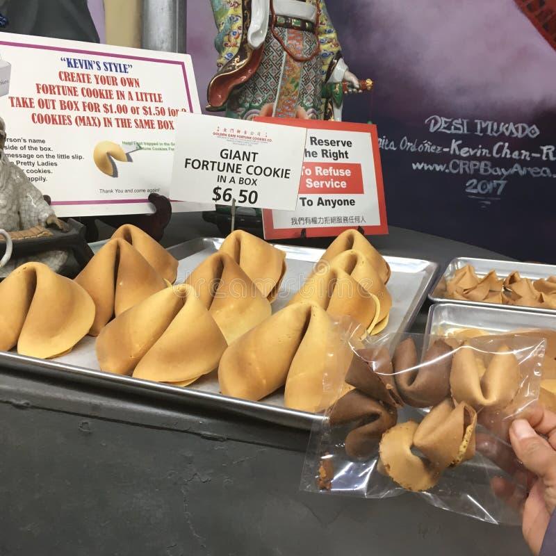 Biscuits de fortune géants photos stock