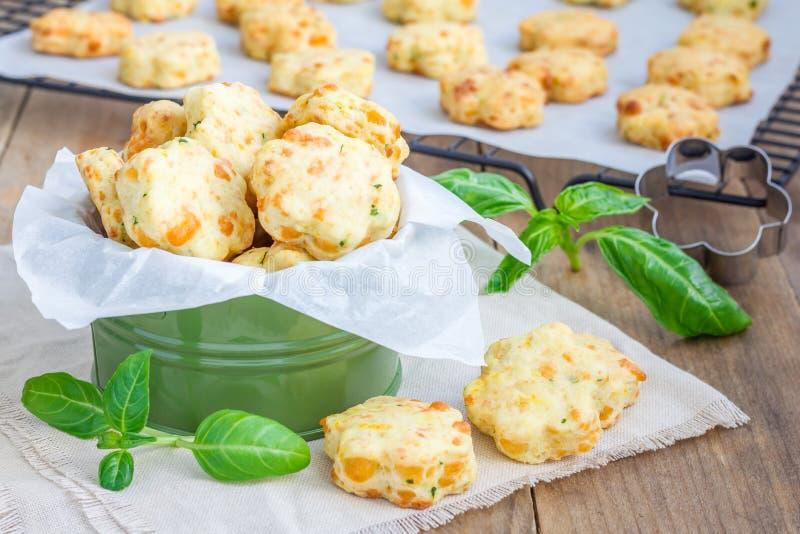 Biscuits de fromage avec le basilic, plan rapproché photos stock