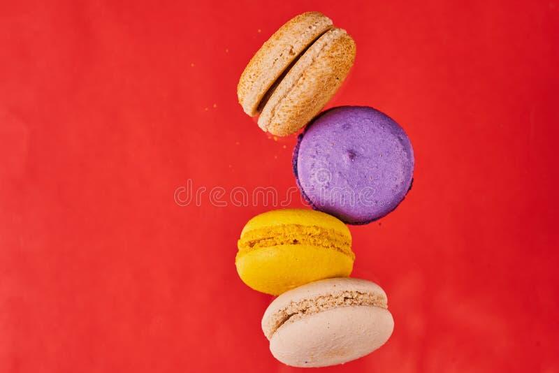 Biscuits de gâteau ou d'amande de macaronis sur le fond rouge vue en vol photo stock