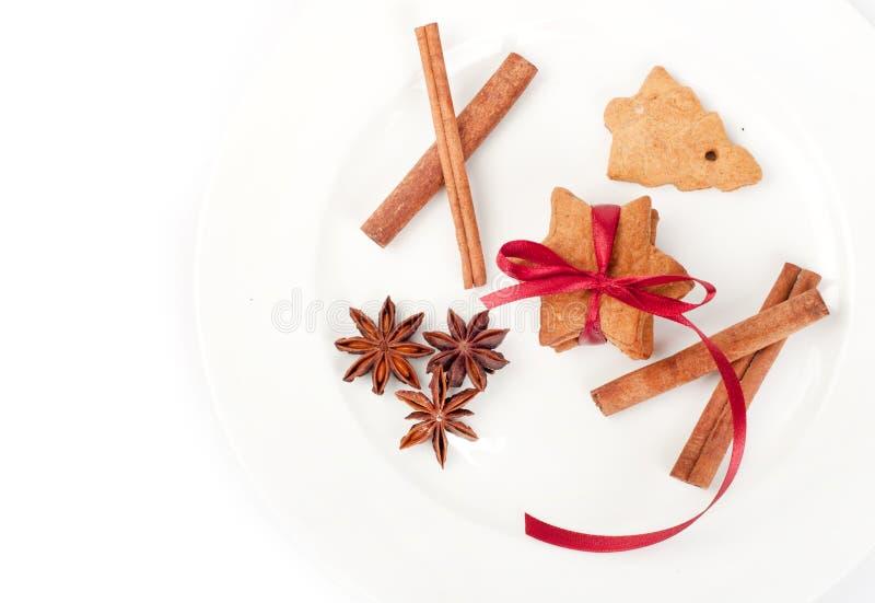 Biscuits de gingembre de Noël avec des épices photographie stock