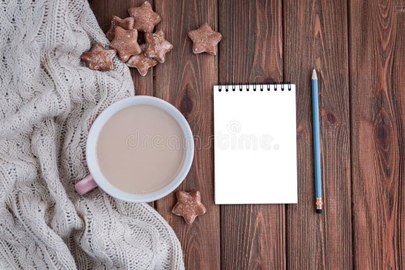 Biscuits de gingembre et tasse de café en forme d'étoile avec le carnet vide photo libre de droits