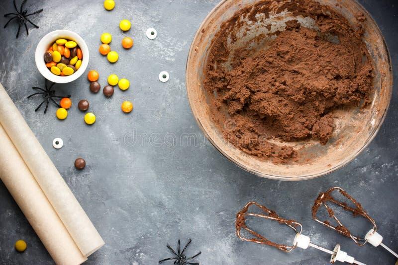 Biscuits de Halloween avec la sucrerie de chocolat, orange et jaune, bonjour image stock