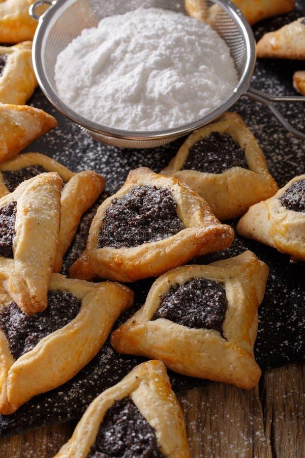 Biscuits de Hamantaschen avec un pavot remplissant pour célébrer Purim photos libres de droits