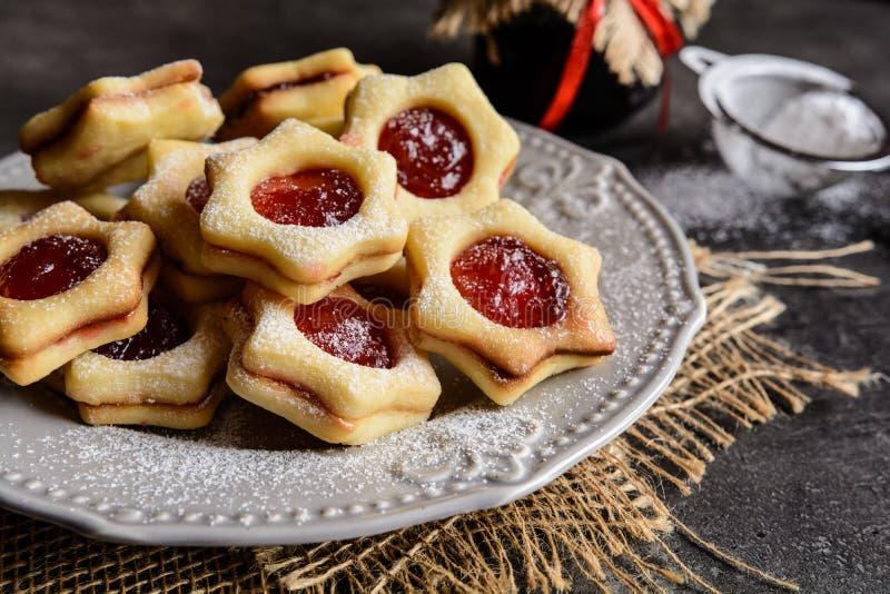 Biscuits de Linzer de Noël avec la confiture image libre de droits