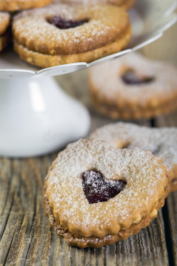 Biscuits de Linzer Le jour de Valentine image libre de droits