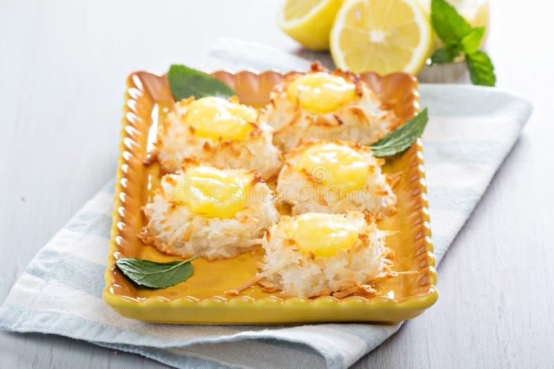 Biscuits de macaron de noix de coco avec le lait caillé de citron photographie stock