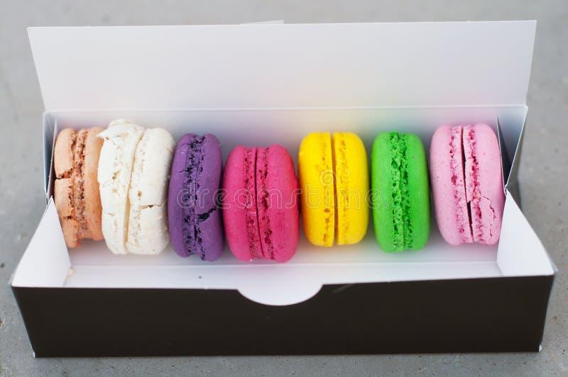 Biscuits de Macarons dans la boîte images libres de droits