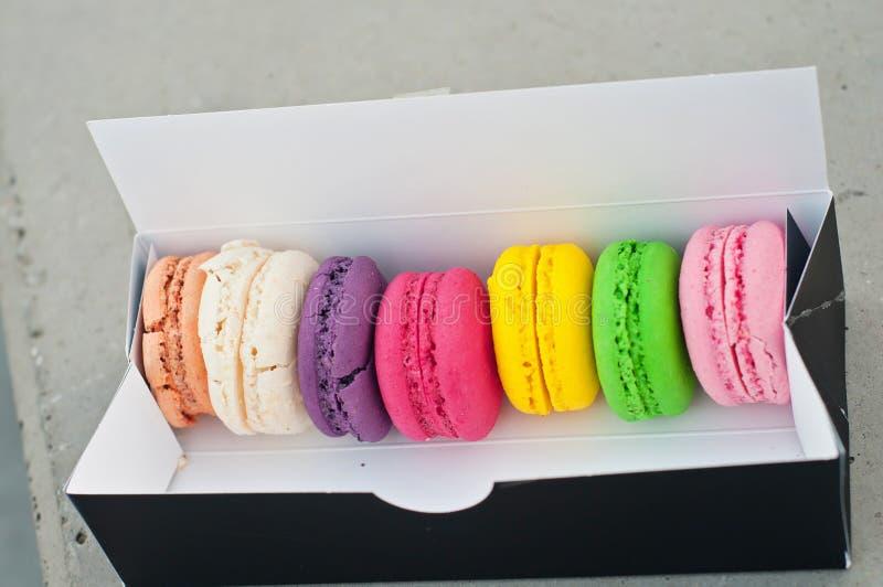 Biscuits de Macarons dans le cadre image stock
