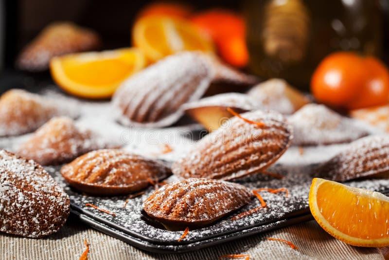 Biscuits de madeleines d'orange et de miel images libres de droits