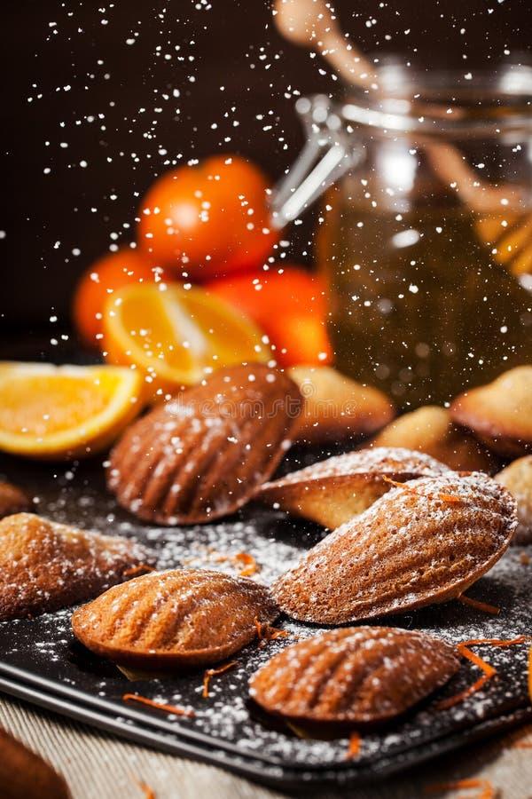 Biscuits de madeleines d'orange et de miel images stock