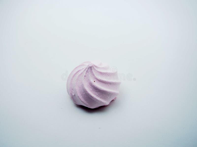 Biscuits de meringue sur un fond blanc Pâtisseries douces photo libre de droits