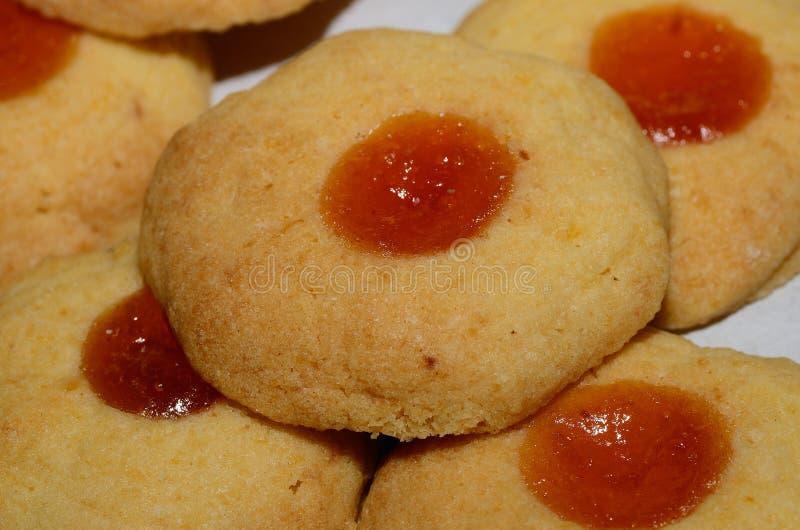 Biscuits de Noël avec de la confiture d'abricot photo libre de droits