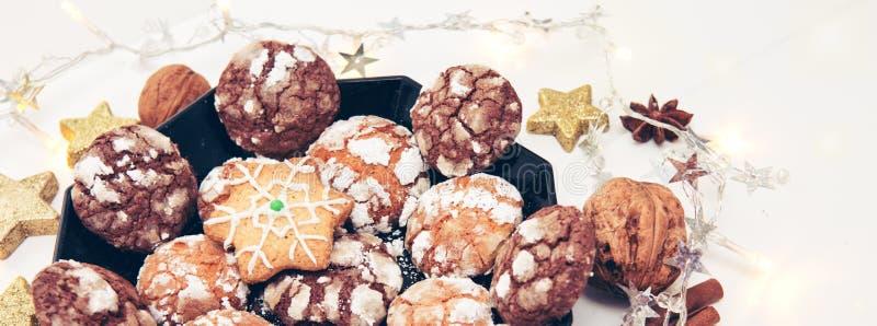 Biscuits de Noël de chocolat avec l'arbre de décoration et de sapin images libres de droits