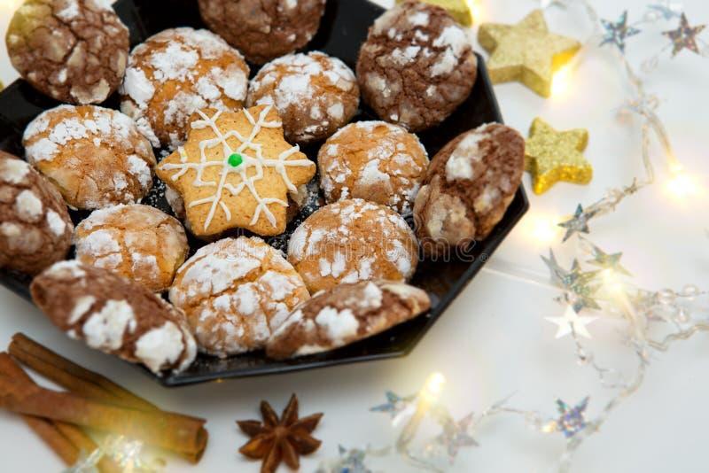 Biscuits de Noël de chocolat avec la décoration d'isolement photos stock