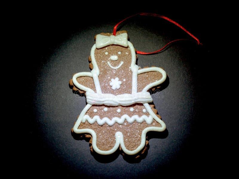 Biscuits de Noël d'hommes illuminés par une lampe-torche sur le dessus sur le noir photos libres de droits