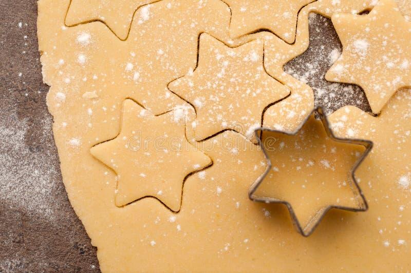 Biscuits de Noël de traitement au four photos stock