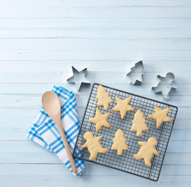 Biscuits de Noël faisant le fond cuire au four image libre de droits