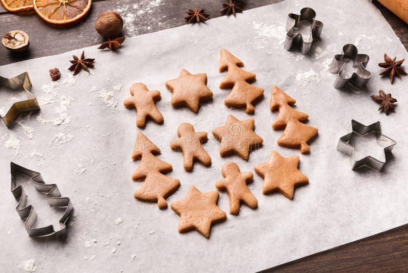 Biscuits de Noël Les figures douces de la pâte, préparent pour la cuisson image libre de droits