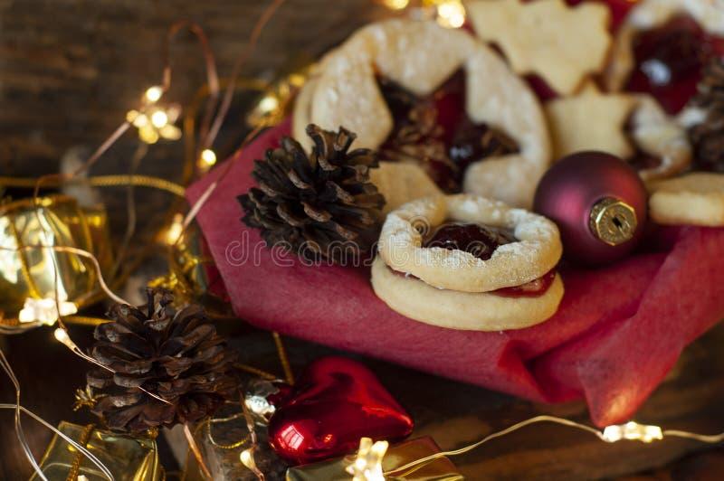 Biscuits de Noël de Linzer Décoration de Noël, lumière image stock