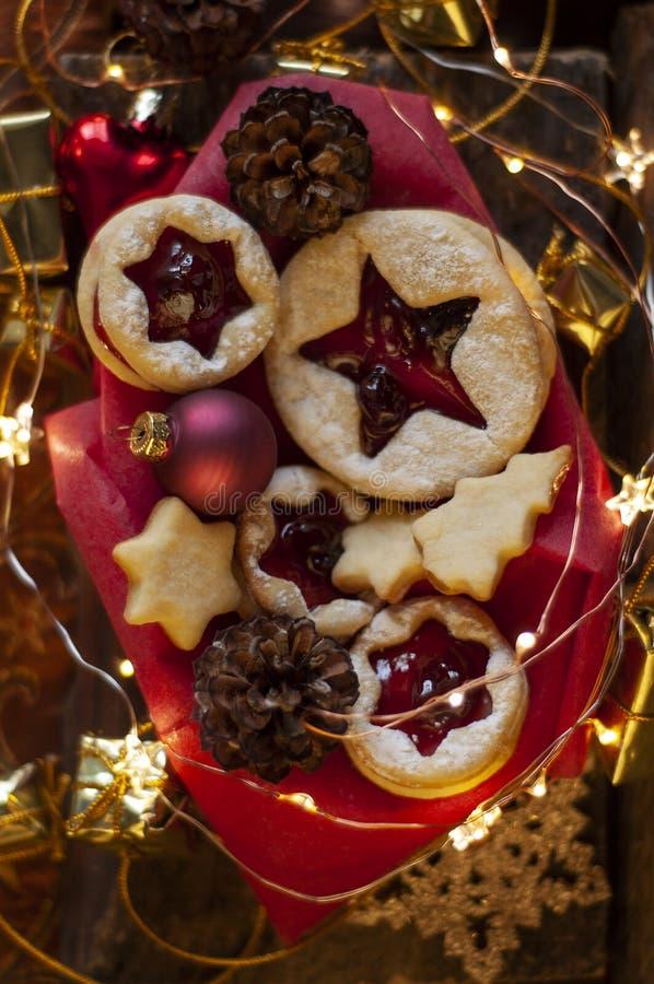 Biscuits de Noël de Linzer Décoration de Noël, lumière image libre de droits