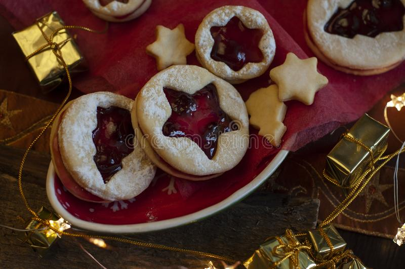 Biscuits de Noël de Linzer Décoration de Noël, lumière photographie stock
