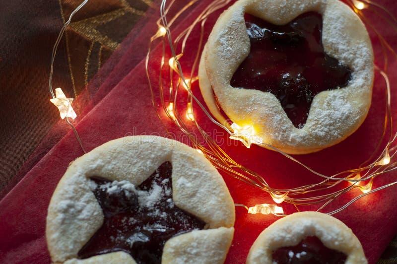 Biscuits de Noël de Linzer Décoration de Noël, lumière photos libres de droits