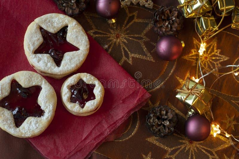 Biscuits de Noël de Linzer Décoration de Noël, lumière photos stock