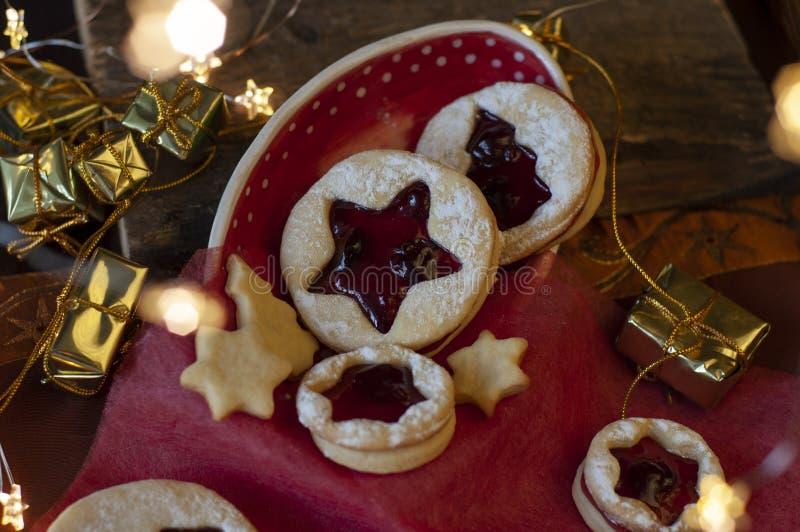 Biscuits de Noël de Linzer Décoration de Noël, lumière photo libre de droits