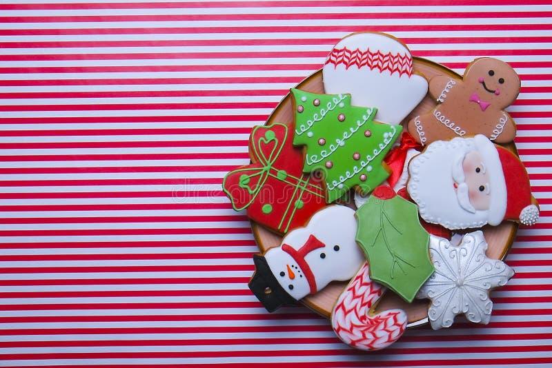 Biscuits de Noël sur la vue supérieure de fond de rayure Divers types configuration d'appartement de biscuits de pain d'épice de  photographie stock