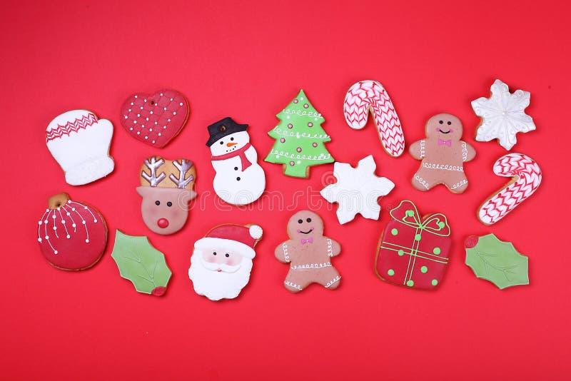 Biscuits de Noël sur la vue supérieure de fond rouge Divers types configuration d'appartement de biscuits de pain d'épice de Noël images stock