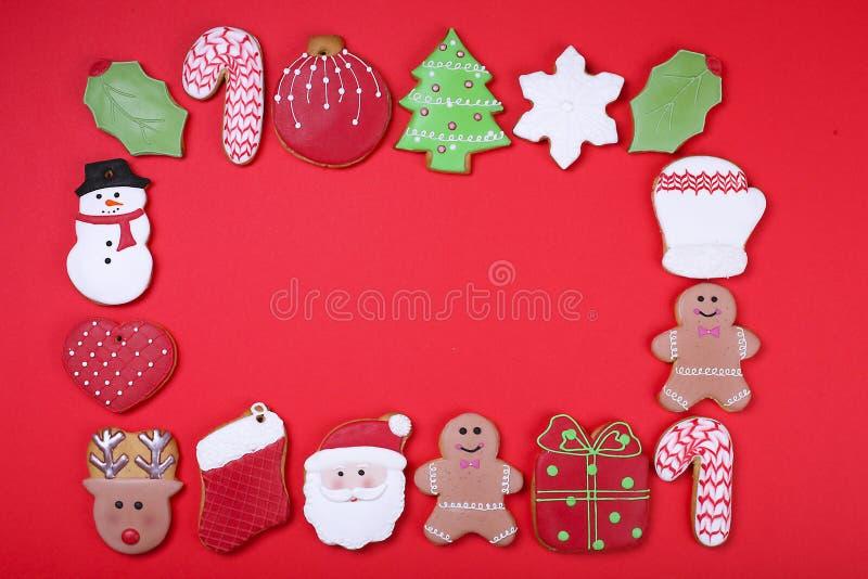 Biscuits de Noël sur la vue supérieure de fond rouge Divers types configuration d'appartement de biscuits de pain d'épice de Noël images libres de droits