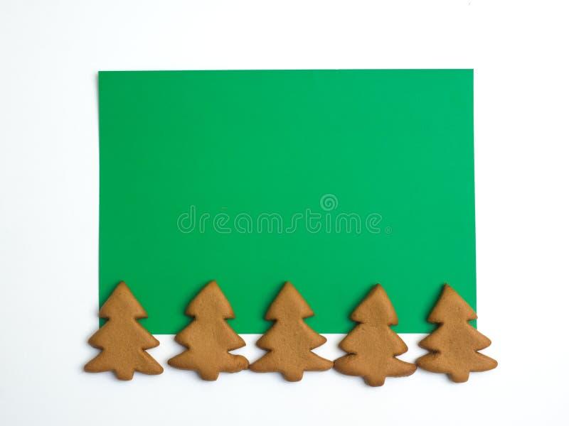 Biscuits de Noël sur le fond vert blanc Traitement au four de Noël Effectuer des biscuits de Noël de pain d'épice Concept de Noël photos stock