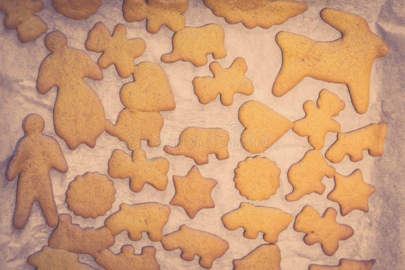 Biscuits de Noël sur une feuille photos libres de droits