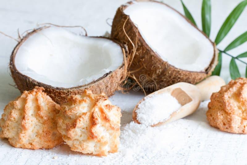 Biscuits de noix de coco sur le fond blanc avec le coprah frais photos stock