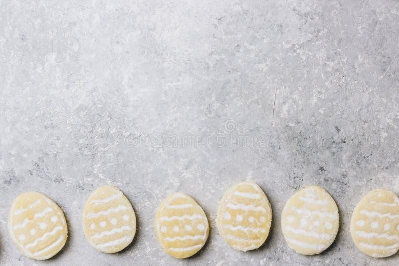 Biscuits de Pâques de sucre avec la forme colorée de chocolat de la sucrerie d'oeufs photo libre de droits