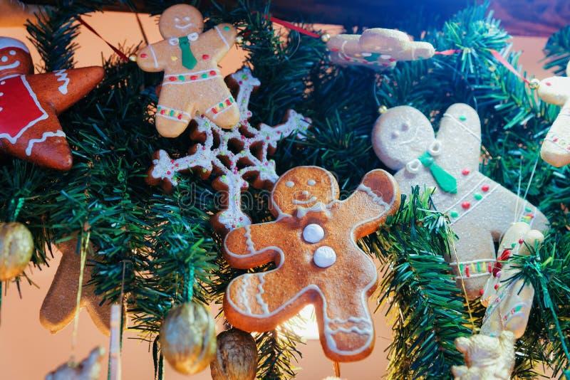 Biscuits de pain d'épice au marché de Noël chez Alexanderplatz en hiver Berlin, Allemagne Advent Fair Decoration et stalles avec  image libre de droits