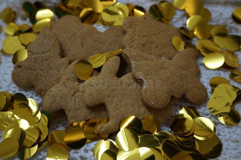 biscuits de pain d'épice avec des paillettes d'or image stock